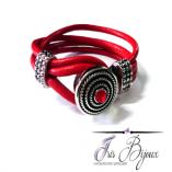 Bratara din piele naturala de culoare rosie si buton interschimbabil argintiu cu cristal rosu. O bratara clasica si eleganta confectionata manual.