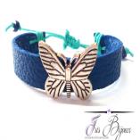 Bratara reglabila din piele naturala de culoare albastru electric accesorizata pentru un efect glam cu fluture metalic. O bratara clasica si eleganta confectionata manual.